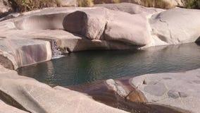 Vattenfall från hjärta av öknen Tamranasset ALGERIET lager videofilmer