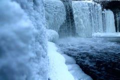vattenfall fryst below_zero Royaltyfri Bild