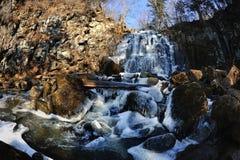 Vattenfall Gorbatiy i november, kray Primorskiy, Ryssland Royaltyfria Foton