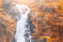 Vattenfall höstlandskap Arkivfoton