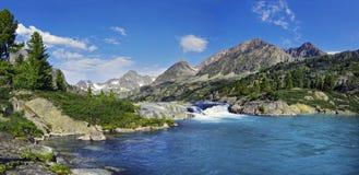 Vattenfall i Altai Royaltyfria Bilder