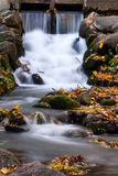 Vattenfall i Autumn Scenery arkivfoto