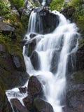 Vattenfall i bergen arkivbild