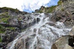 Vattenfall i bergen Arkivfoto