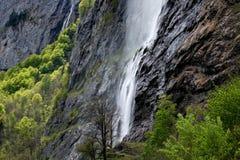 Vattenfall i bernese fjällängar Arkivfoto