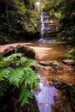Vattenfall i blå bergnationalpark Fotografering för Bildbyråer