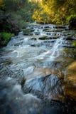 Vattenfall i blå bergnationalpark Royaltyfri Bild
