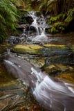 Vattenfall i blå bergnationalpark Royaltyfria Bilder