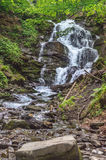 Vattenfall i Carpathian berg Arkivfoto