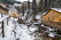 Vattenfall i dåliga Gastein under vinter Arkivfoton