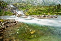 Vattenfall i dalen av vattenfall i Norge Arkivbilder