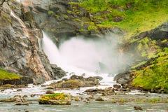 Vattenfall i dalen av vattenfall i Norge Royaltyfri Foto