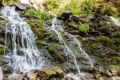Vattenfall i de Carpathian bergen Royaltyfri Foto