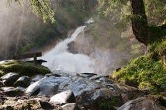 Vattenfall i de tyrolean alpsna Arkivfoto
