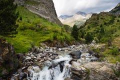 Vattenfall i den Bujaruelo dalen, i Pyrenees royaltyfria foton