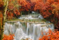 Vattenfall i den djupa regnskogdjungeln (Huay Mae Kamin Waterfall) Fotografering för Bildbyråer
