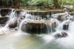 Vattenfall i den djupa skogen i Thailand Fotografering för Bildbyråer
