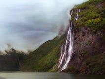 Vattenfall i den Geiranger fjorden i Norge Arkivbilder