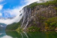 Vattenfall i den Geiranger fjorden Norge Royaltyfri Foto