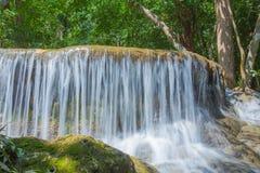 Vattenfall i den Huay Mae Kamin nationalparken Arkivbilder