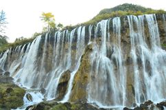 Vattenfall i den Jiuzhaigou nationalparken som lokaliseras i norden av det Sichuan landskapet i den sydvästliga regionen av Kina arkivbilder