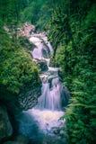 Vattenfall i den Kakueta klyftan, franska pyrenees arkivfoto