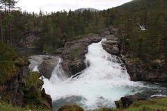 Vattenfall i den norska skogen Fotografering för Bildbyråer
