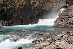 Vattenfall i den norska skogen Royaltyfria Foton