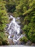 Vattenfall i den nyazeeländska infödingen Bush på västkusten royaltyfri fotografi