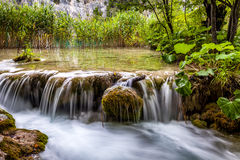 Vattenfall i den Plitvice nationalparken - Kroatien Arkivbilder
