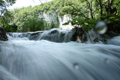Vattenfall i den Plitvice nationalparken på vattennivån Royaltyfria Foton