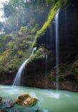 Vattenfall i den svarta bergdalen Arkivfoton