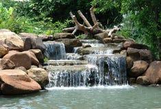 Vattenfall i det trädgårds- området Arkivbild