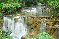 Vattenfall i djup djungel Arkivbild