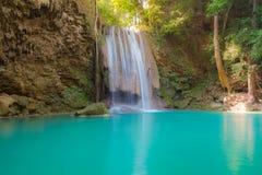 Vattenfall i djup skog av den Thailand nationalparken Arkivfoto