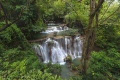 Vattenfall i djup skog i Thailand Royaltyfri Foto