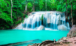 Vattenfall i djup skog på den Erawan nationalparken Royaltyfria Bilder