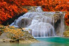 Vattenfall i djup skog på den Erawan vattenfallnationalparken Royaltyfria Bilder