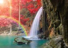 Vattenfall i djup skog på den Erawan vattenfallnationalparken Royaltyfri Fotografi