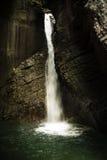 Vattenfall i en grotta Arkivbild