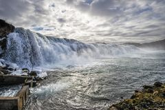 Vattenfall i en lax som fiskar floden royaltyfri bild