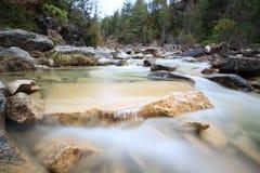 Vattenfall i en ravin Paternoy de Esporret Arkivfoto
