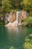Vattenfall i en skog Royaltyfri Fotografi
