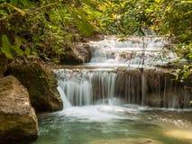Vattenfall i en skog, Thailand Arkivbild