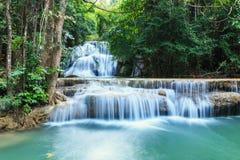 Vattenfall i för skog tystnad djupt Royaltyfri Foto
