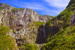 Vattenfall i fjorden Sognefjord - Norge Arkivfoto