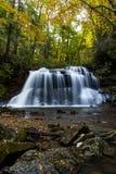 Vattenfall i hösten - övrenedgångar av nedgångkörningsliten vik, Holly River State Park, West Virginia royaltyfri fotografi