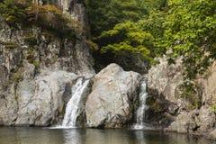 Vattenfall i höstfärger Royaltyfri Foto