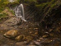 Vattenfall i höstträna Royaltyfria Bilder