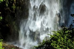 Vattenfall i Himalayas, Nepal, Annapurna naturvårdsområde royaltyfri fotografi